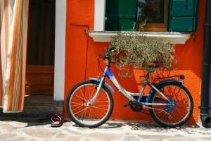 Bicicleta-y-chanclas-a-la-puerta-de-casa-a18303345